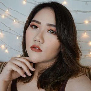 Glam look for tonight 🌟 Bisa banget buat malming entar malem 😄.Products:💁♀️ Maybelline Fit Me Matte Foundation 128 Warm Nude- O.TWO.O Contour Palette 02- Revlon Powder Blush 010 Classy Coral- Pond's Glitter Glow Duo Powder👁 Beauty Glazed Perfixt Eyeshadow Peachy, Scarlet, Blink- Merzy Gel Eyeliner Shine Cooper- Catrice Little Black One Volume Mascara💋 Looke Holy Lip Creme Hebe