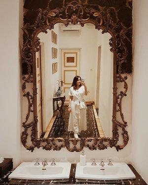 There's a big mirror so I have to take a bathroom #selfie 📸 Yes, only one take dan ternyata hasilnya bagus so I post 😆.#mirrorselfie #vintage #igers #clozetteid