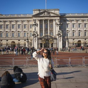Waiting for the prince 🤴🤴🤴#throwback #london #buckinghampalace #uk #whenuinlondon #traveller #worldtravel #tourist #ukstreetwear #europe #girltraveller #clozetteid #streetfashion #palace #walk #walking