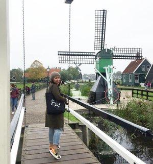 Kanan kiri kincir angin.. #whenuinnetherland #netherlands #amsterdam #traveller #worldtravel #tourist  #streetwear #europe #girltraveller #clozetteid #streetfashion #smallcity #onedaytrip #walk #walking #canalcruise #canalcity #cruise #fab #windmill #windmillvillage #windmillfarm #zaanseschans #zaanseschanswindmill