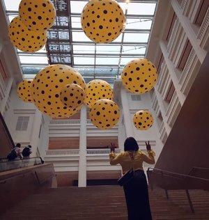 Menemukan foto ini...me with yellow and black dot. #throwback #aroundtheworld #traveller #worldtravel #tourist #globalcitizen #girltraveller #clozetteid #streetfashion #selfie #walk #walking #newyear2018 #funtravel #instatravel #iamhere #phonography