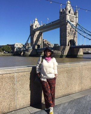 Sunny day in London ...very rare! #whenuinlondon #traveller #worldtravel #tourist #london #uk #ukstreetwear #europe #girltraveller #clozetteid #streetfashion #toweroflondon #walk #walking