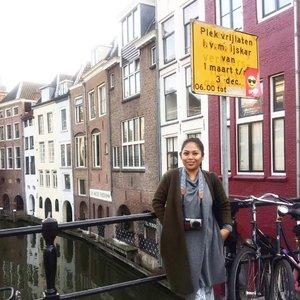Utrecht salah satu kota tertua di Belanda...kotanya kecil dan keliling sehari kayaknya juga udah kelar ke spot spot wisatanya.  #whenuinnetherland #netherlands #utrect #traveller #worldtravel #tourist  #streetwear #europe #girltraveller #clozetteid #streetfashion #smallcity #onedaytrip #walk #walking