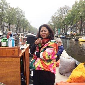 Dengan membayar 15 euro, kita bisa melihat sisi lain dari kota amsterdam. Pilihan perahunya sih macem2, tapi gw lebih memilih open boat ini untuk menikmati pemandangan selama 1 jam.  #whenuinnetherland #netherlands #amsterdam #traveller #worldtravel #tourist  #streetwear #europe #girltraveller #clozetteid #streetfashion #smallcity #onedaytrip #walk #walking #canalcruise #canalcity #cruise #fab