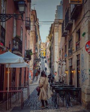 Lisbon kota dengan gank kecil dan tanjakan. Struktur tata kotanya turun naik. Semoga sampai Jakarta bokong tambah naik dan kenceng ya . #clozetteid #travelling #travelaroundtheworld #lisbon #portugal #lisbonportugal #streetwear #streetstyle #dsywashere #dsybrangkatlagi