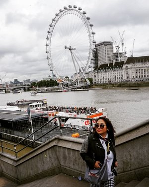 The Eye.#whenuinlondon #traveller #worldtravel #tourist #london #uk #ukstreetwear #europe #girltraveller #clozetteid #streetfashion #walk #walking #londoneye #londonbynight #imnotlost #imhere