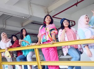 Candid... #officemate #friends #millenials #colorblock #fashionstyle #fashionfriday #clozetteid