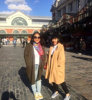 Shopping partner  #whenuinlondon #traveller #worldtravel #tourist #london #uk #ukstreetwear #europe #girltraveller #clozetteid #streetfashion #travelpartner #coventgarden #coventgardenmarket #walk #walking #autumn #autumninlondon