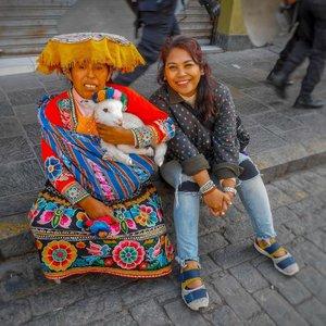 Lagi liat liat feed IG tiba tiba ngeliat alpaca..cute animal in this planet, jadi inget punya foto ini . Pdkt ke emak2 dijalan biar boleh gendong baby alpaca... tapi ntah lah ini baby alpaca atau malah domba atau anak kambing ya.. 😅😅😅 . #clozetteid #travelling #travelaroundtheworld #travelgram #aroundtheworld #travelstyle #streetstyle #streetwear #dsywashere #dsybrangkatlagi #traveljournal #travelgram #alpaca #bestvacations