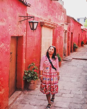 #travelblogger #traveler #34hours #peru #lima #southamerica #latinamerica #southamericatrip #bucketlist #womantraveler #igerslima #sheisnotlost #discoverperu #discoverlima #passionpassport #iamhere #arequipa #arequipaperu #plazadearmas #santacatalinamonastery #santacatalina #clozetteid