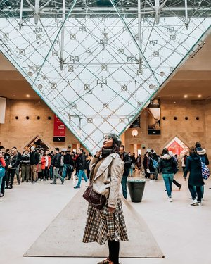 Pyramid the louvre.Mal dibawah louvre dimana gw menemukan skin care berbahan organic canabis!.#clozetteid #jalanjalan #worldtravel #worldcitizen #traveler #travelblogger #travelspot #instagram #instagramable #imnotlost #lostinthecity #worldheritage #womantraveler #fashion #fashioncolours #fashionstyle #instafashion #fashiontips #tips #instatravel #aroundtheworld #travelaroundtheworld #dsypath #dsywashere #travelgram #capturemoments