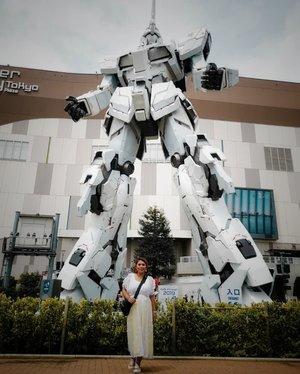 Unicorn Gundam life size.Selalu sungkem sama si Gundam setiap kesini. Sebelumnya yang terpasang adalah versi klasik dari Gundam RX-782 dan yang terbaru adalah Unicorn Gundam RX-0.Kalau ke Tokyo jangan lupa ke Teleport station di Odaiba buat liat real size ini.#clozetteid #Clozettexcooljapan #cooljapan #gundam #unicorngundam