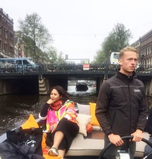 Meet my boat captain, his name is SILVER *dont ask me, this is his real name or not*. #whenuinnetherland #netherlands #amsterdam #traveller #worldtravel #tourist  #streetwear #europe #girltraveller #clozetteid #streetfashion #smallcity #onedaytrip #walk #walking #canalcruise #canalcity #cruise #fab