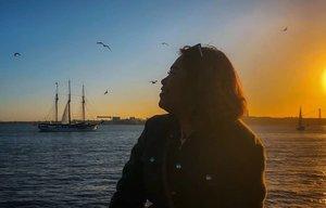 Sunset, music and seaguls =happy! . #clozetteid #travelling #travelaroundtheworld #lisbon #lisbonportugal #portugal #sunsetlover #ruaaugustalisboa #dsywashere #dsybrangkatlagi