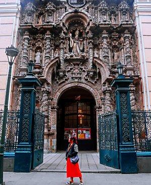 #travelblogger #traveler #34hours #peru #lima #southamerica #latinamerica #southamericatrip #bucketlist #womantraveler #igerslima #sheisnotlost #discoverperu #discoverlima #passionpassport #iamhere #limaperu #lima #plazadearmas #clozetteid
