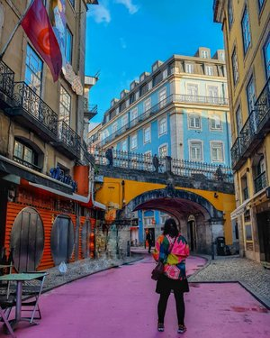 Pink street! Place for hangout, restaurant, bar and the sexiest place on my right (read: strip club) . #clozetteid #travelling #travelaroundtheworld #lisbon #lisbonportugal #pinkstreet #portugal #dsywashere #dsybrangkatlagi