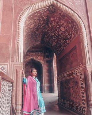 "Nemu tembok, nyender dulu ah.  Udah mirip Priyanka Chopra belum?😜😜😜.Jarang banget sih gw foto di sebuah negara dengan kostumnya bisa ""All In"" kayak gini dan bukan kostum sewaan ahahhaha. Soalnya kan ya kostum kayak gini bisa dipake juga buat lebaran ya, nah kalau kostum negara lain belum tentu lah..#clozetteid #jalanjalan #worldtravel #worldcitizen #traveler #travelblogger #travelspot #instagram #instagramable #imnotlost #lostinthecity #worldheritage #womantraveler #fashion #fashioncolours #fashionstyle #instafashion #fashiontips #tips #instatravel #aroundtheworld #travelaroundtheworld #dsypath #dsywashere"