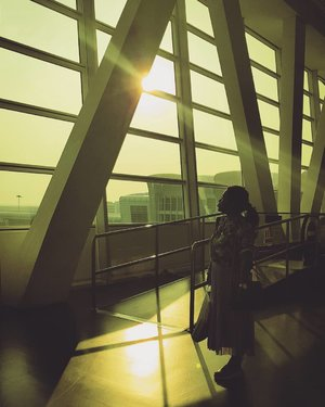 Sunset in KLIA2 #clozetteKLilingKL #travelblogger #traveler #kualalumpur #malaysia #womantraveler #sheisnotlost #discoverKL #timeoutKL #passionpassport #iamhere #clozetteid #airport #klia2 #klia2airport