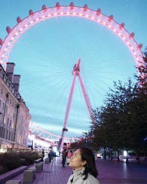 The eye... #whenuinlondon #traveller #worldtravel #tourist #london #uk #ukstreetwear #europe #girltraveller #clozetteid #streetfashion #walk #walking #londoneye #londonbynight