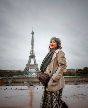 Signature picture when u are in Paris . But kindly sad for the weather, raining since morning till afternoon and many trash in this beautiful place . #clozetteid #travelling #travelaroundtheworld #dsywashere #dsybrangkatlagi #paris #eiffeltower #eiffeltowerparis