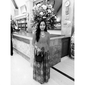 I didn't wear grey, and the flowers behind me weren't grey either. But oftentimes in life, it just too plain to be colorful.  #ClozetteID #clozetteambassador #ootd #ootdindo #kutubaru #greyscale #ethnicwear #flowers #batik #javanesegirl #proudtobeindonesian