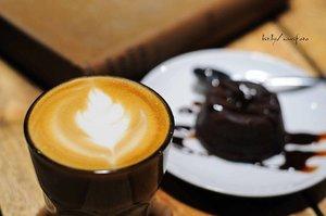 #DARAKEMBARA Kopi, minuman nikmat yang telah menjadi bagian dari gaya hidup ini ternyata melewati perjalanan panjang sebelum sampai di gelas saji.   Tak sedikit waktu yang dibutuhkan dan banyak tangan yang terlibat untuk menciptakan kopi berkualitas dengan citarasa spesial.  Hmmm..., penasaran dengan bagaimana proses pengolahan biji kopi?  Yuk klik link di bio atau >> bit.ly/proseskopi <<  #clozetteid #coffee #manualb6rew #cafe #barista #indocoffeegram #coffe #instacoffee #cafelife #caffeine #drink #coffeeaddict #coffeegram #coffeeoftheday #cotd #coffeelover #coffeelovers #coffeeholic #coffiecup #coffeelove #coffeemug #coffeeholic #coffeelife #pengolahankopi #kopi 