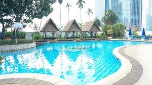 Sejak pindah ke Jakarta akutu jadi alergi dingin. Padahal zaman kuliah hobby banget naik gunung dan nggak kenapa-napa.  Sekarang kedinginan dikit badan langsung gemeteran, bentol-bentol kemerahan dan bibir jontor 😭  Jadinya meski suka banget, berenang pun paling cuma kuat bentaran doang, sekitar 30 menit aja. Adduduuduh sedihnyoo...  Kamu punya pengalaman beda waktu pindah ke Jakarta? Cerita yuk di komen  #travel #adventure #wanderlust #vacation #travelgram #explore #holiday #travels #traveler #traveller #traveling #travelling #travelphotography #travelingram #travelblog #travelblogger #traveladdict #passionpassport #tourism #mytravelgram #instapassport #tourist #traveltheworld #thedharmawangsa #hotel #pool #hoteljakarta #jakarta #clozetteid