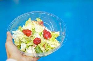 Alhamdulillah, beberapa orang di sekitarku mulai mengonsumsi makanan sehat. Di kantor beberapa orang ikut makan salad atau smoothie sebagai snack.   Mama si rumah mulai mengurangi gorengan dan @nurani_rsl juga jadi rajin makan buah. Beberapa teman juga banyak yang menanyakan tentang resep smoothie.   Senang akutu bisa menularkan kebiasaan baik 🥰 Yuk pelan-pelan perbaikin pola makan!   #clozetteid #eatgoodfeelg❤️❤️d #smoothie #healthy #healthyfood #vegan #breakfast #healthylifestyle #smoothiebowl #fitness #foodie #fruit #instafood #cleaneating #yummy #plantbased #fruits #organic #smoothies #delicious #healthyeating #detox #health #nutrition #fit #summer #juice #salad