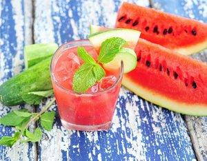 Beberapa hari lalu, kulkasku penuh dengan semangka. Meski suka banget sama buah yang kaya vit A ini tapi kalo kebanyakan ya eneg ugaa. Nah, biar cepet abis kublender aja jadi smoothie. Minumnya sambil inget-inget bahwa semangka kaya antioksidan jadi bagus buat detoksifikasi. Selain itu buat yang udah punya pasangan, semangka bisa meningkatkan gairah di ranjang lho. Ahzek! . #eatgoodfeelg❤️❤️d #snackenakantindud #food #foodporn #foodie #foodpic #foodpics #foodgasm #fruit #fruits #vegetarian #veggie #vegan #delish #delicious #healthy #recipe #yummy #raw #watermelon #semangka #indonesiamakanbuah #organic #clozetteid #healthyliving #body #sehat