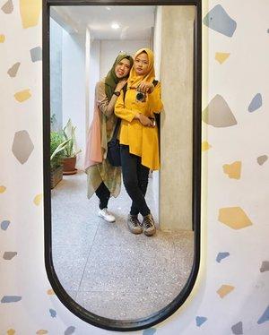 Dari kejombloan gw, orang inilah yang paling bahagia. Travel buddy dan fotografer pribadi yang mau diajak kemana-mana asal dibayarin... ah elah emang ~ #clozetteid  #hijab #hijabers #ootd #hijabindo #kemang #coffeeshopjakarta #cafejakarta #kopipono #livingwithpono #jakarta #explorejakarta #sisters #sibling #alphagrammers #sonya6000 #sonyalpha_id #nofilter