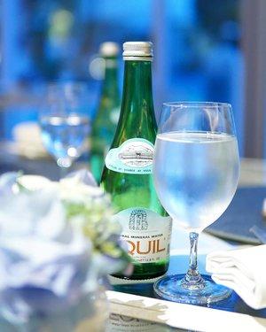 Buat mbak-mbak yang pengen awet muda dan kulitnya glowing, sering-seringin yaaa... minum air putih   Ini cara paling mudah dan murah tanpa harus beli skinker yang harganya bikin lupa investasi  Dan coba itu, kopi-kopi fancynya diganti sama smoothie ajaa biar asupan buah dan sayurnya terpenuhi..  Yuk ah bareng-bareng benerin pola makan biar makin kinclong!   #clozetteid #hoteljakarta #jakarta #drink #equil #airputih #sehat #mineralwater #water #hotel #pool