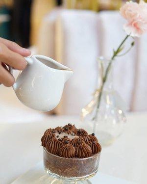 Sweet and plumpy sponge cake with chocolate cream on top of it.   Jangan keburu nafsu! Sebelum dimakan kue ini wajib diguyur dulu pake susu cokelat hangat.   Hasilnya? Hmmm... tekstur kue yang mentul-mentul empuk itu jadi semakin lembut dikunyah.  Ngingetin aku dengan kebiasaan mencelupkan regal dan biskuit kelapa dengan susu atau teh sebelum dimakan.  Unfortunately aku nggak sempat mencicipi si krim cokelatnya karena sudah keburu dihabisin kamil 😂   #clozetteid #sweet #dessert #foodporn #eat #tasty #delicious #chocolate #cake #sweettooth #nomnom #foodie #jakartafood #kulinerjakarta #jakartaculinary