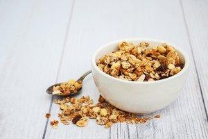 Pengen ngemil tapi takut gemuk? Makan aja granola! Ini salah satu cemilan favoritku. Selain dimakan langsung kadang suka aku campurin di #smoothiebowl buat sarapan pagi. Nah, kalau kamu apa nih cemilan favoritnya?  #eatgoodfeelg❤️❤️d #granola #clozetteid