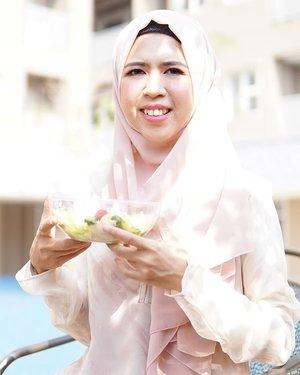 Alhamdulillah, beberapa orang di sekitarku mulai mengonsumsi makanan sehat. Di kantor beberapa orang ikut makan salad atau smoothie sebagai snack. Mama si rumah mulai mengurangi gorengan dan @nurani_rsl juga jadi rajin makan buah. Beberapa teman juga banyak yang menanyakan tentang resep smoothie. Senang akutu bisa menularkan kebiasaan baik 🥰 Yuk pelan-pelan perbaikin pola makan!#clozetteid #eatgoodfeelg❤️❤️d #smoothie #healthy #healthyfood #vegan #breakfast #healthylifestyle #smoothiebowl #fitness #foodie #fruit #instafood #cleaneating #yummy #plantbased #fruits #organic #smoothies #delicious #healthyeating #detox #health #nutrition #fit #summer #juice #salad #hijab #hijabindo