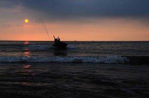 Happy holiday . . . #clozetteid #sunset #beach #anyer #sand #pantai  #wonderfulindonesia #liburan #travel #traveloka #holiday #indonesia #banten #explorebanten