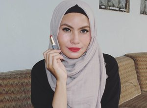Shade 93 @purbasari_indonesia ini merah kecoklatan dan somehow ada hint oranye dikiiiiit. Ini warna merah yang warming muka aku,  cakep deh 👌 #purbasari93 #purbasari #fotd #bbloggers #nosponsored #clozette #clozetteid #clozettedaily #bloggerbabes #hijab #makeup #lipstick #lipstickaddict
