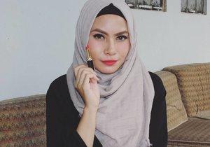 Shade 84-nya @purbasari_indonesia Matte Lipstick color di bibir aku 💋 ini merah cabe dan ada hint oranye gitu di skintone-ku. Merahnya gonjreng jreng jreng pokoknya 💃💃💃 #purbasari84 #clozettedaily #clozetteid #hijab #bbloggers #nosponsored #lipstick