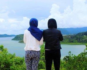 Lagi ngomongin politik yang engga kelar kelar 🐰Loc : Puncak Mandeh, Sumatera Barat#hijabtravellers#travelblogger #travelling #traveller #clozettedaily #clozetteid #puncakmandeh#sumaterabarat #exploresumbar #indonesiajuara #indonesia#traveldestination#destinasian#vacation#holiday#backpacker