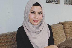 The lipstick I'm wearing on the shade 83 from @purbasari_indonesia matte lipstick color. Yang ini tonenya lebih dark dan ada hint mauve dikiit banget kl di skintone aku. Sekilas ini hampir mirip sama no terbarunya yang 91, serupa tapi tak sama gitulah yaak 👌 #purbasari83 #lipstick #hijab #nosponsored #clozetteid #clozettedaily #bbloggers