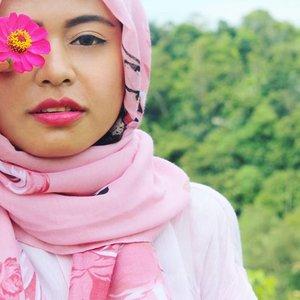 The 🌸 girl 😙😙😙 #exploresumbar #sumaterabarat #westsumatera #indonesiaitukece #indonesia #beautiful #beautyblogger #clozetteid #clozettedaily #travelling #travelblogger #traveller #backpacker #hijabstyle#flower#pink