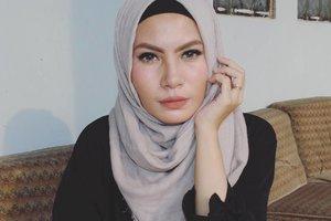 Silau 😂 btw I'm wearing @purbasari_indonesia matte lipstick shade 81👌 fyi, trnyata tekstur tiap nomer itu beda deh, ada yang creamy matte, ada yang super matte, ada yang smooth saat dipoles di bibir ada yang agak keset (anjir bahasa apa ini keset 😂) saat di apply di bibir... #hijab #purbasari81 #bbloggers #nosponsored #lipstik #clozettedaily #clozetteid