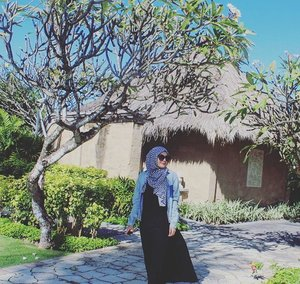 Let the sun shine... 🌻⛅ #grandnikkobali #thebalibible #bali #iamtb #TravelBlogger #explorebali #holiday #vacation #throwback #hijabootd #hijabootdindo #hijabtravellers #indonesia #instadaily #ootd #clozettedaily #clozetteid #denim #hijabvacation #hijabdaily #hijab #sunglasses