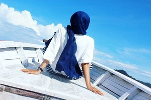Menatap masa depan (sambil mikirin jodoh) ✌ @nonahikaru #bblogger #beautybloggeronvacation #beautyblogger #hijabstyle #hijab#hijabdaily#vacation#holiday#bluesky#beautiful #pesonaindonesia #indonesiaourparadise #indonesia#pulaumandeh#sumaterabarat#exploresumbar#sailing#sail#clozetteid#clozettedaily#tgif#happyfriday