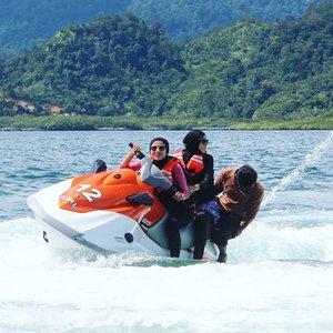 Dan mamang-mamang speedboat pun mabuk. Kita berdua memang memabukkan 🚤Loc : Pulau Setan , Kawasan Wisata Mandeh, Sumatera Barat#hanihikaru#duapuluhtujuhdesember#beautybloggeronvacation #bblogger#mytripmyadventure#mtmapadang#traveller#travelling#hijabtravellers #clozetteid#clozettedaily#bff#speedboat#beach#fun