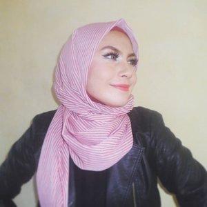 Foto untuk header blog 😂 sengaja niat minta difotoin plus dandan full make up cuma buat header blog 🏃selesai foto langsung dihapus dan pake piyama lagi😂😂😂 baiklah, selamat malam minggu! #happy #happysaturday #fullmakeup #bbloggers #clozettedaily #clozetteid #FOTD #hijab #makeup