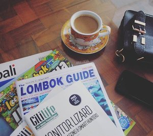 Morning, a cup of coffee and lots of magazine. Bismillah 🙏🙏🙏 #mybalilombok #instamood #instacool #instamagz #coffee #morning #tgif #clozettedaily #clozetteid #blogger #catchyourdreams