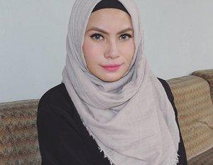 Yang ini favorit deh, asliii 👌👌👌 @purbasari_indonesia lipstick matte color no 95 ❤💋💄 ini mirip 85 tapiiiii 85 lebih red-ish,  dua duanya sekilas ga bisa dibedain secara liat di packaging, tp pas di swatch keliatan dikit bedanya. Betewe abaikan jika di poto ini aku kelihatan gendut *sebenernya emang gendut 😂😂😂* #menolakkenyataan #purbasari85 #purbasari #bbloggers #nosponsored #lipstick #lipstickaddict #hijab #clozettedaily #clozetteid #makeup