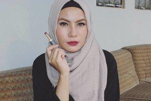I'm wearing @purbasari_indonesia lipstick matte color no.82,  pakai lipstick nomer ini bikin wajah jadi setingkat lebih putih 👌 teksturnya lumayan drying dan aku rekomen kudu scrubbing dulu biar lapisan bibir smooth saat dipoles, sebenernya udah pernah swatch beberapa shade lipstik ini tapi kali ini dengan resolusi yang lebih clear, daylight dan bukan selfie 😳😚 #purbasari82 #bbloggers #clozettedaily #clozetteid #fotd #hijab #lipstik #nosponsored