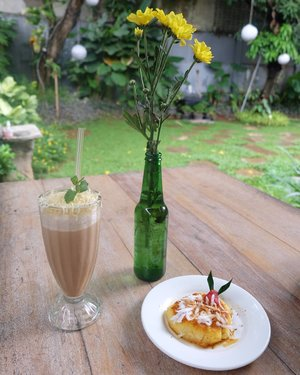 Afternoon snack at @omahsendok. The drink is capjahe (cappuccino jahe) surprisingly good for this rainy day. The food is colenak (dicocol enak) 😋 . . #clozetteid #afternoonsnack #omahsendok #colenak #cappuccinojahe #traditionalfood #jakartaculinary
