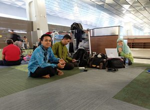 Lesehan dulu sembari menunggu boarding :p . . . . #clozetteid #t3ultimate #terminal3soetta #terminal3ultimate #lesehandibandara